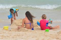 Bimbi e mamma spiaggia