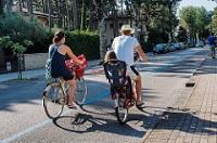 Famiglia in biciletta Bibione